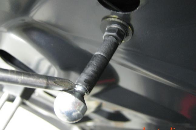 На стержне крюка находится противоспильная трубка