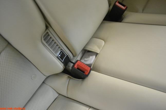 Выносной пульт удачно лёг в карман ремня безопасности