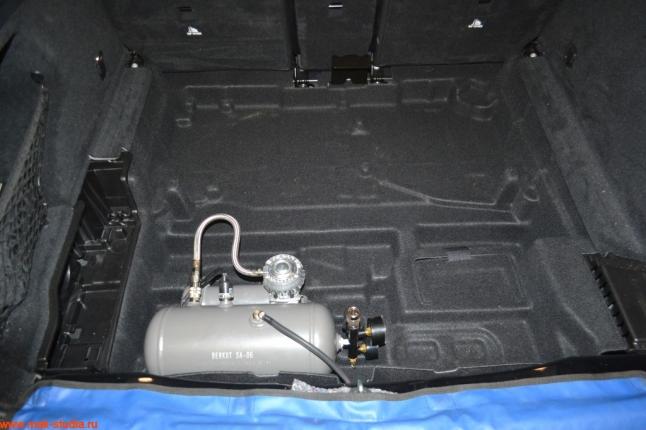 компрессор удачно разместился в багажном отсеке