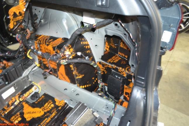 тщательно проклеиваем шумоизоляцией основные части автомобиля