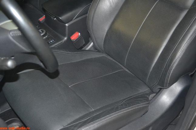 центр сидений перешит в кожу с перфорацией для прохождения воздуха