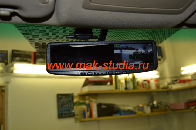 Зеркало со встроенным видеорегистратором - справа экран наблюдения.