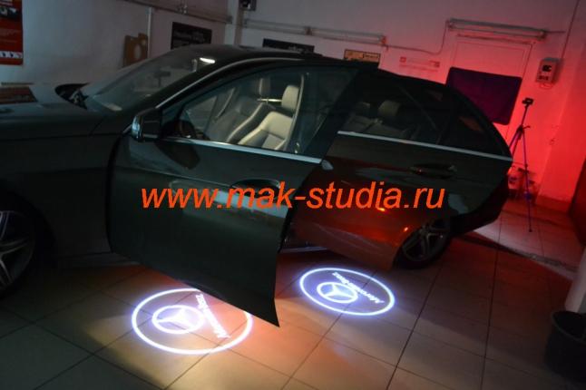 Лазерная проекция логотипа автомобиля Мерседес
