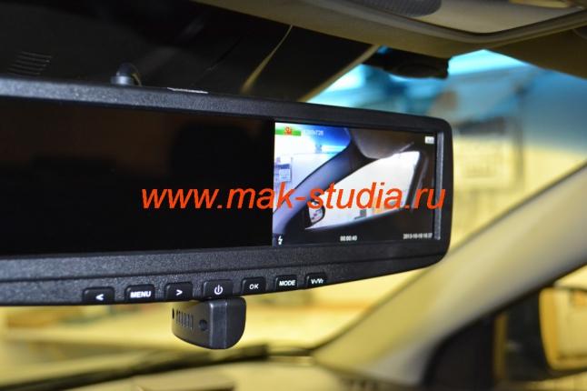 Видеорегистратор в зеркале заднего вида - при необходимости камеру можно извлечь в нижнее положение и развернуть в сторону пассажирского стекла
