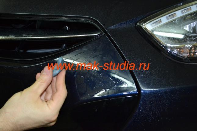 """Оклейка автомобиля плёнкой - в начале поверхность обрабатывают специальным """"пластилином"""""""