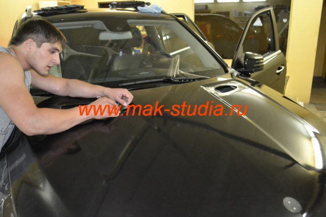 Оклейка капота автомобиля антигравийной плёнкой