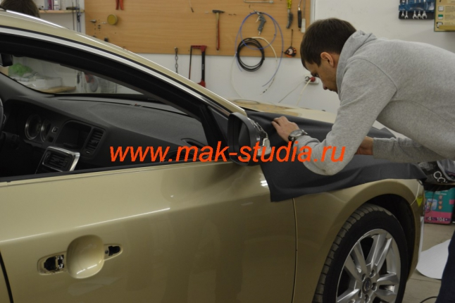 Оклейка автомобиля плёнкой - начало монтажа
