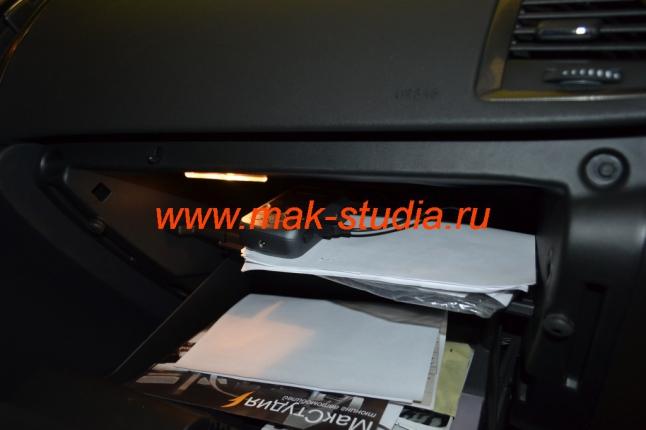 Скрытая установка видеорегистратора: основной блок в бардачке.