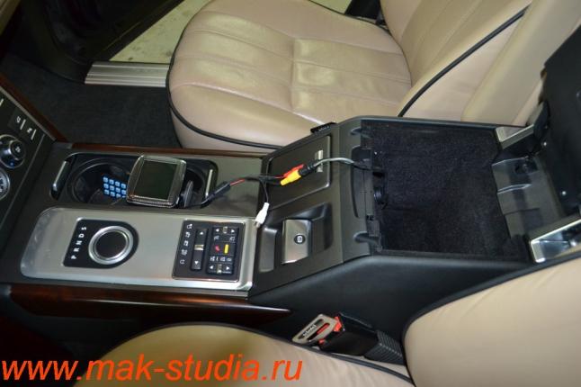 Видеорегистратор Intro sdr-g40: в бардачок выведен отдельный кабель для внешнего монитора