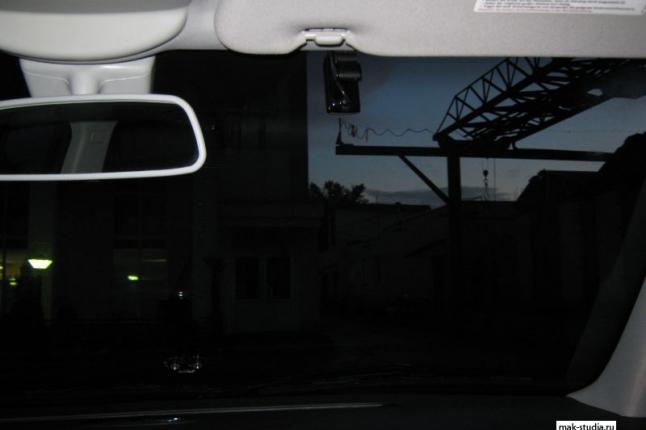 Установка видеорегистратора: передняя камера практически незаметна