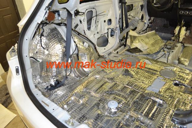 Шумоизоляция автомобиля - материал наносится на всю поверхность для наилучшего результата