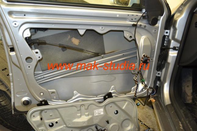 Для качественного проведения шумоизоляции необходимо снять алюминиевый щит с двери