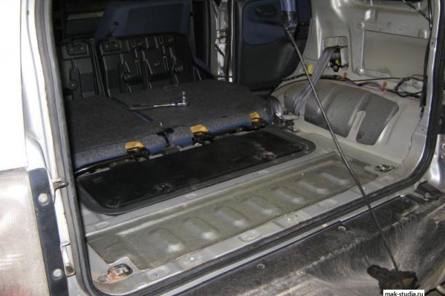 Пол багажника имеет мин.штатной шумоизоляции - ей не под силу победить шумы