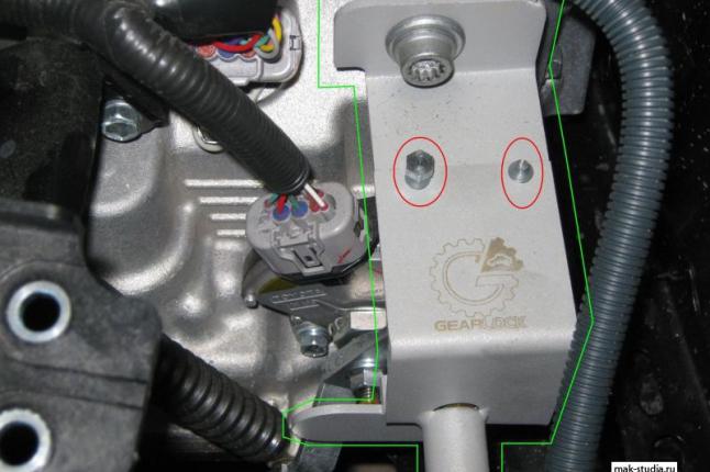 Специальный кронштейн. исключающий доступ к механизму на срывных болтах