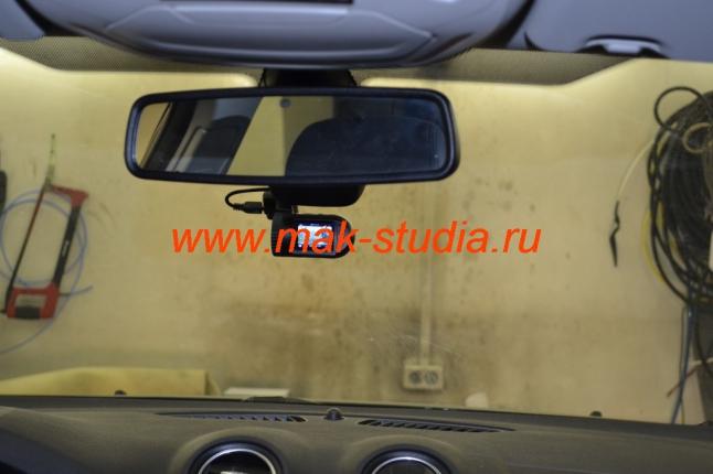 Автовидеорегистратор удачно вписался в общий интерьер.