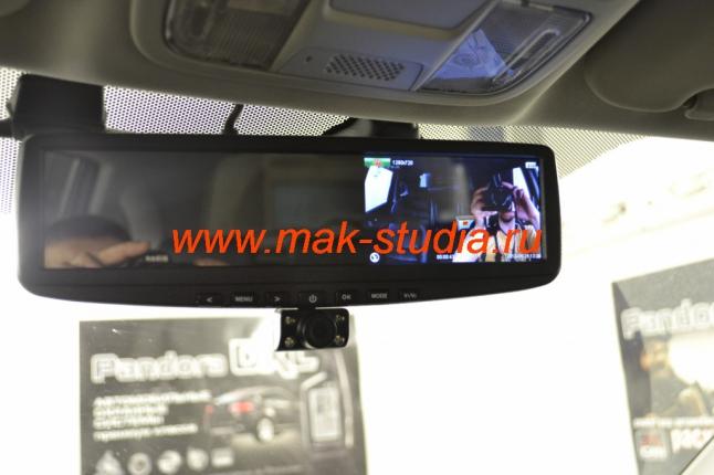 Видеорегистратор в зеркале заднего вида: камера повёрнута в салон и ведёт запись.