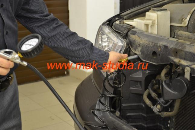 Одним движение подключаем шланг подкачки колёс