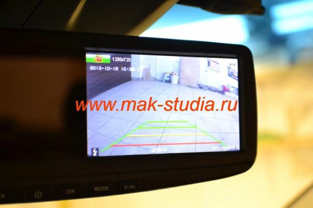 Видеорегистратор в зеркале заднего вида: при движении задним ходом выводит изображение на экран.