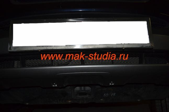 Защитная сетка радиатора над номерным знаком авто