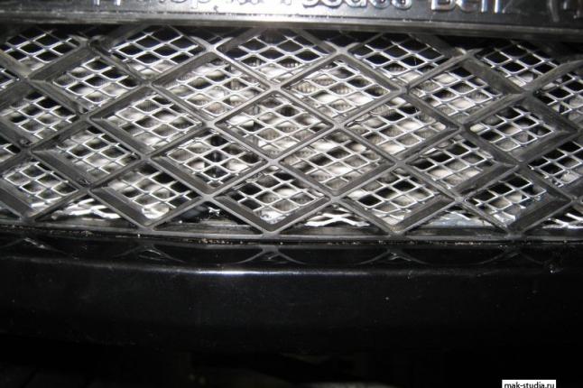 Нижняя часть полностью защищена сеткой радиатора, теперь камни не страшны