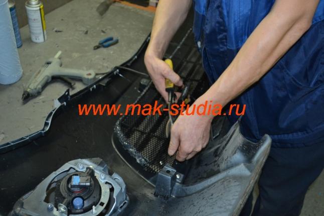 Защита радиатора - монтируем нижнюю часть