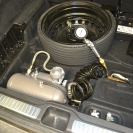 штатная крышка спрячет компрессор с ресивером в нише с запасным колесом