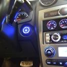 Start Engine идеально вписывается в общий интерьер Тускани с его синеватой подсветкой штатных кнопок.