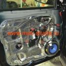 Шумоизоляция дверей автомобиля - третий слой вибропласт на среднюю часть двери (здесь тоже голый металл)